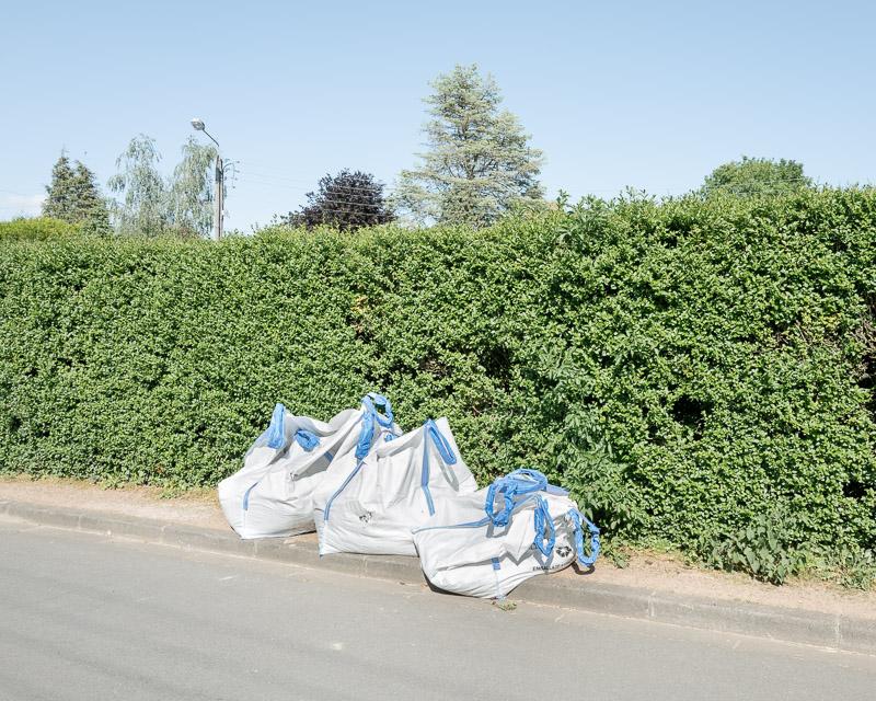 Espace vital, espace privé et espace public, haie avec sacs blancs