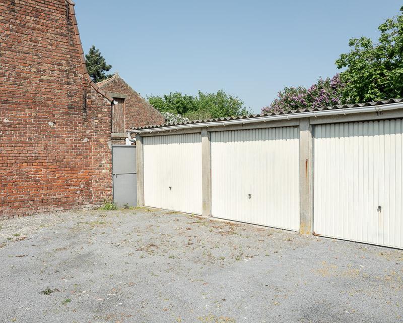 Espace vital, espace privé et espace public, porte de garages.