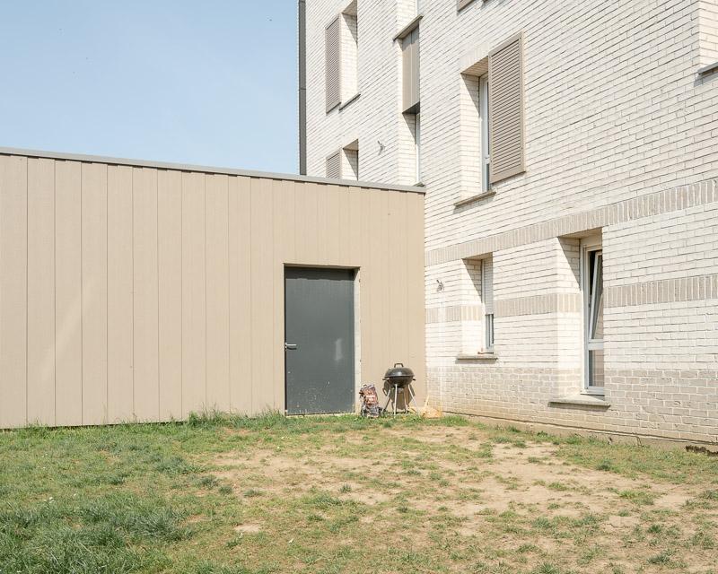 Espace vital, espace privé et espace public, barbecue dans une cours fermée.